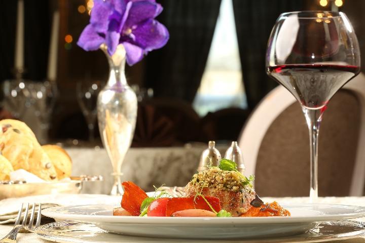 Un menu chic en accord avec les vins de notre sommelier, 3 verres de vin inclus